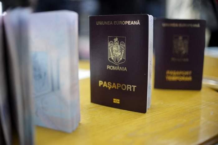 Trei pașapoarte așezate pe masă