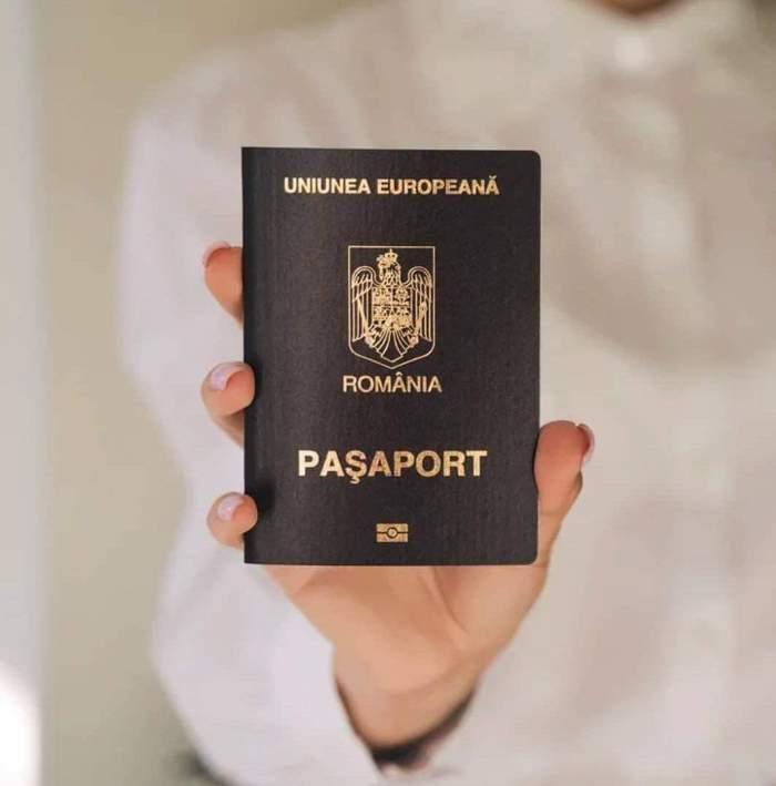O femeie îmbrăcată în alb care ține un pașaport în mână