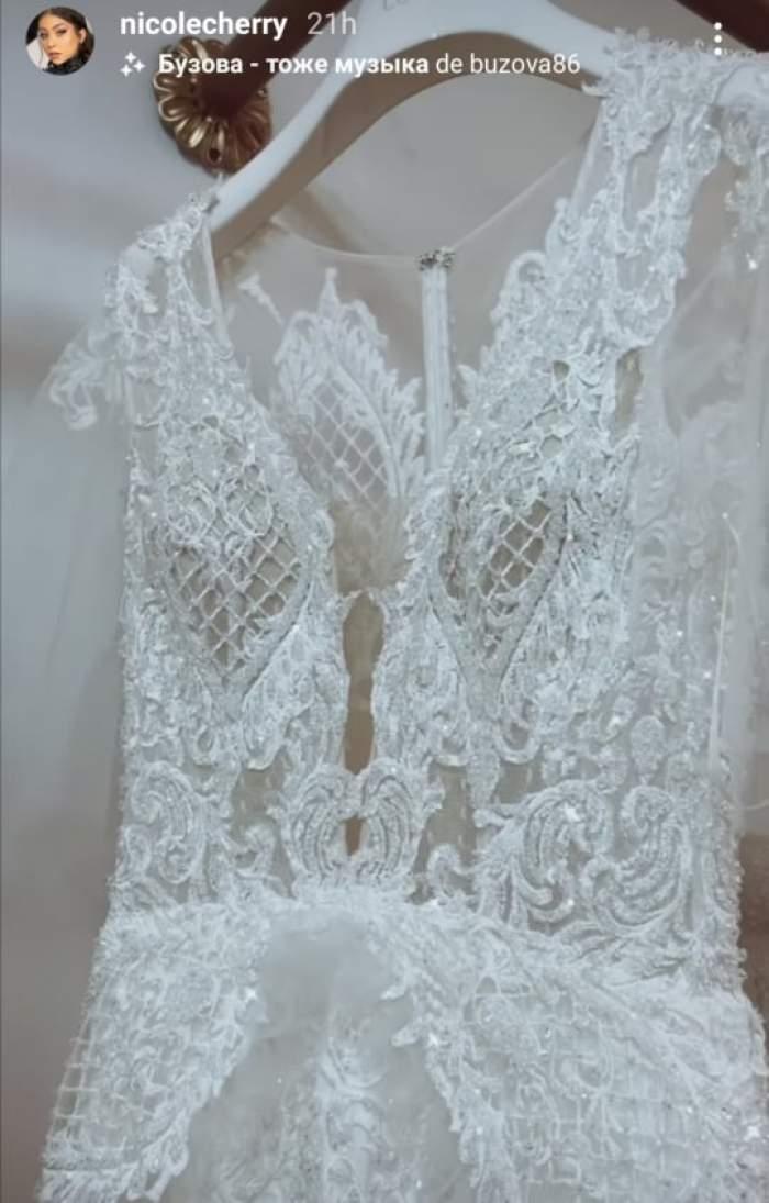 O rochie de mireasa alvă cu dantela