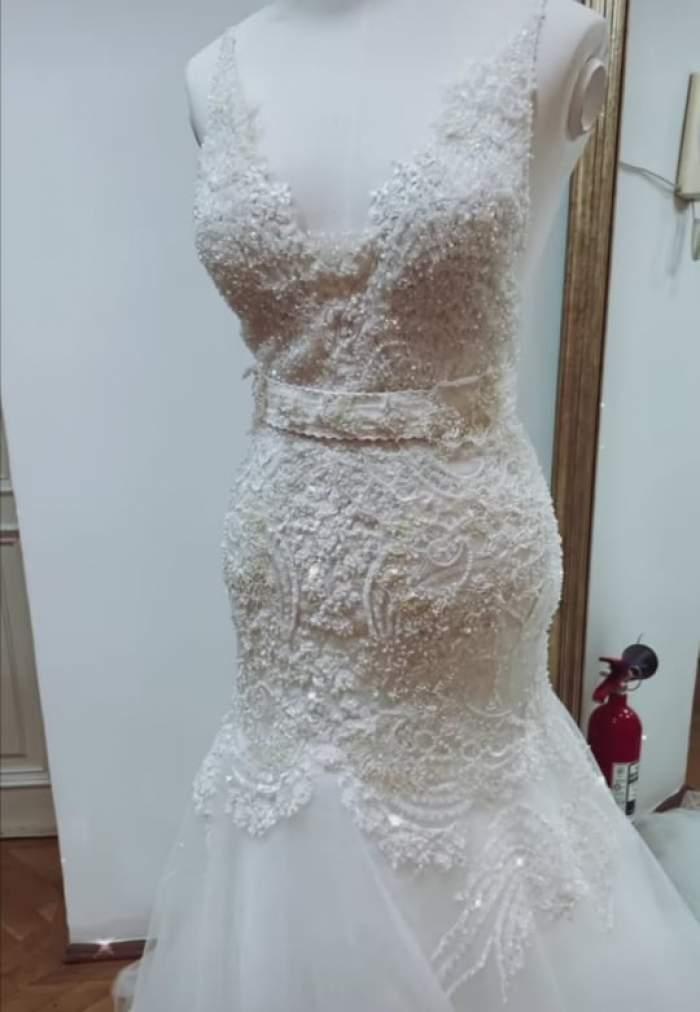 Un manechin îmbrăcat în rochie de mireasa
