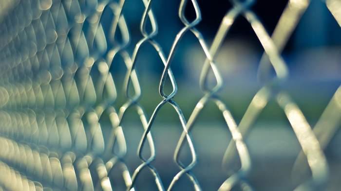 Un fost deținut din Brăila a ajuns din nou în spatele gratiilor, după ce s-a îndrăgostit de șefa închisorii. Cum a încercat bărbatul să îi intre în grații femeii