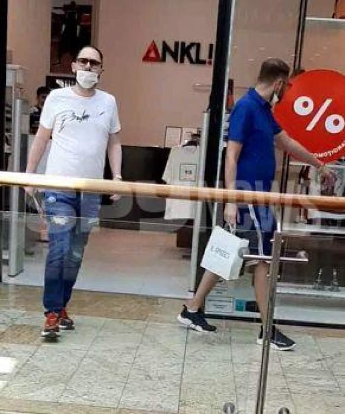Andrei Versace și amicul său ies dintr-un magazin din mall