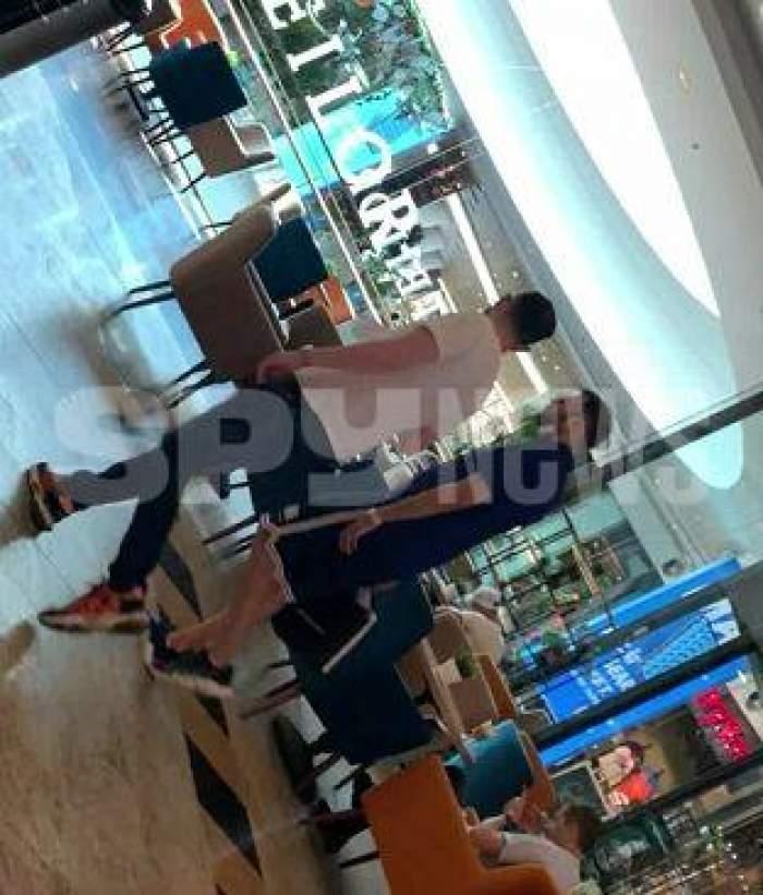 Andrei Versace și un amic se plimbă prin mall