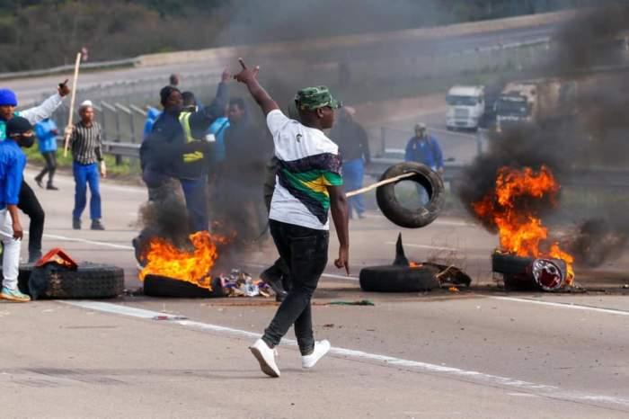Peste 72 de morți în urma protestelor izbucnite în Africa de Sud din cauza arestării fostului președinte. Armata a ieșit în stradă