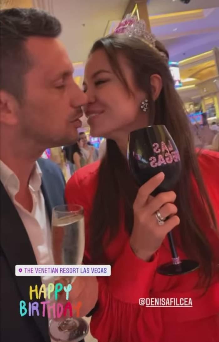 Denisa Hodișan și Flick, eleganți, se sărută