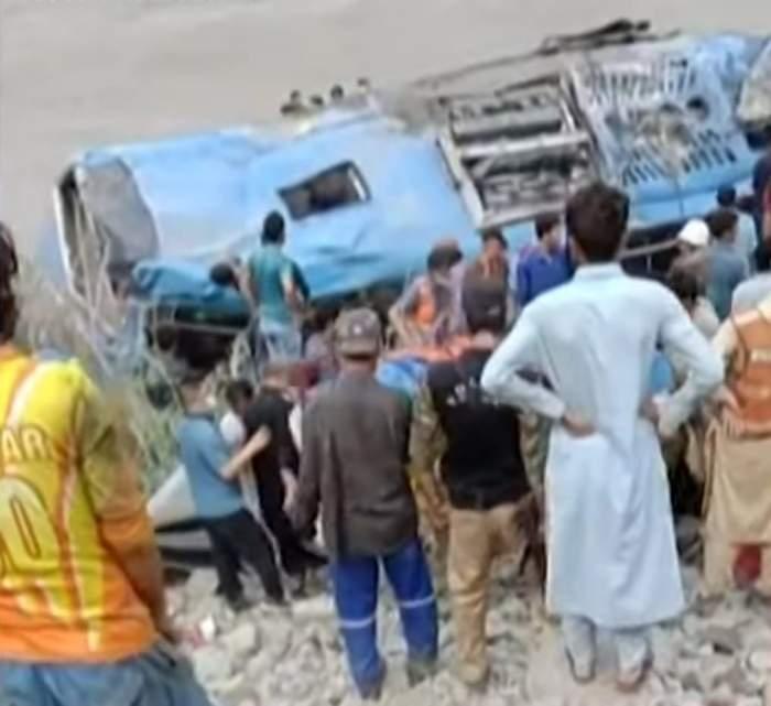 Scene de groază în Pakistan, după ce un autobuz plin cu persoane a explodat. Bilanțul anunță 13 morți în acest moment
