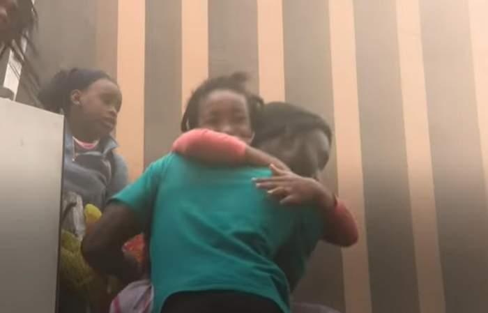 Gestul șocant al unei mame din Africa de Sud. Și-a aruncat copilul de pe o clădire în flăcări pentru a îl salva