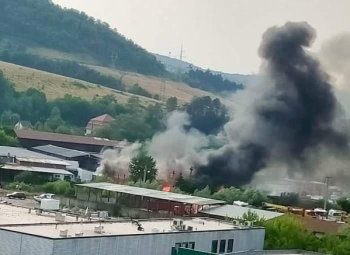 Incendiu puternic la un depozit de materiale din Reşiţa. Care ar fi fost cauza izbucnirii focului / FOTO