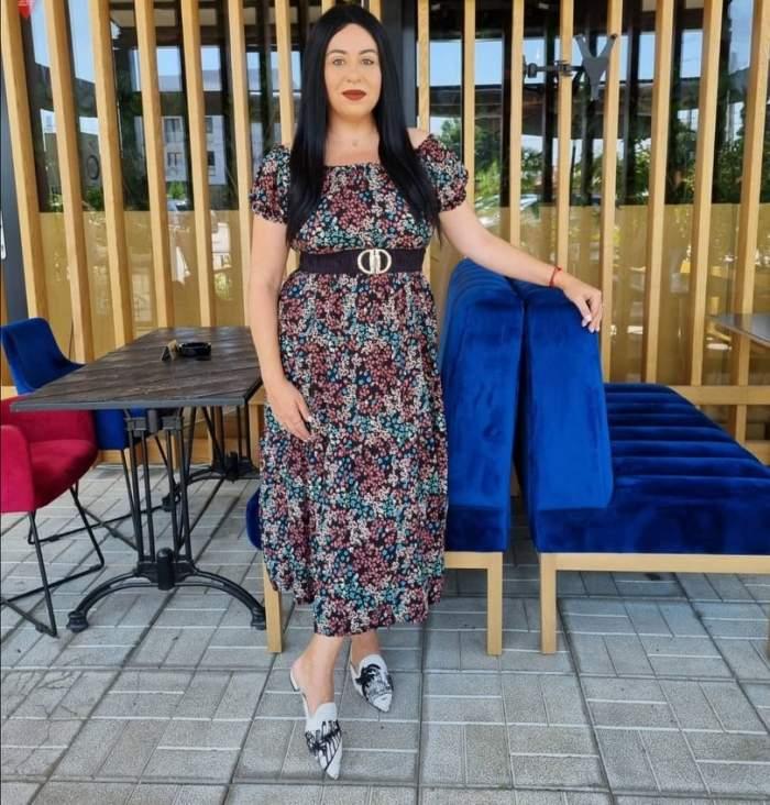 Oana Roman, brunetă, cu părul lung, în rochie colorată