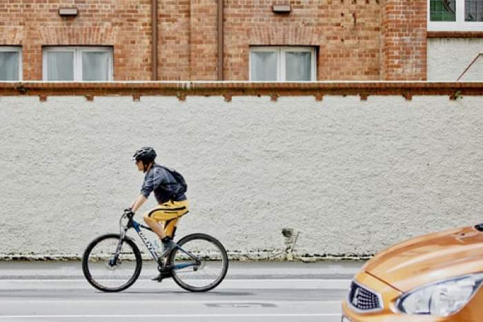 barbat pe o bicicleta