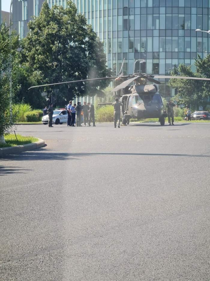 Un elicopter militar a aterizat forțat în Piața Charles de Gaulle din București. A dărâmat doi stâlpi de iluminat public / VIDEO