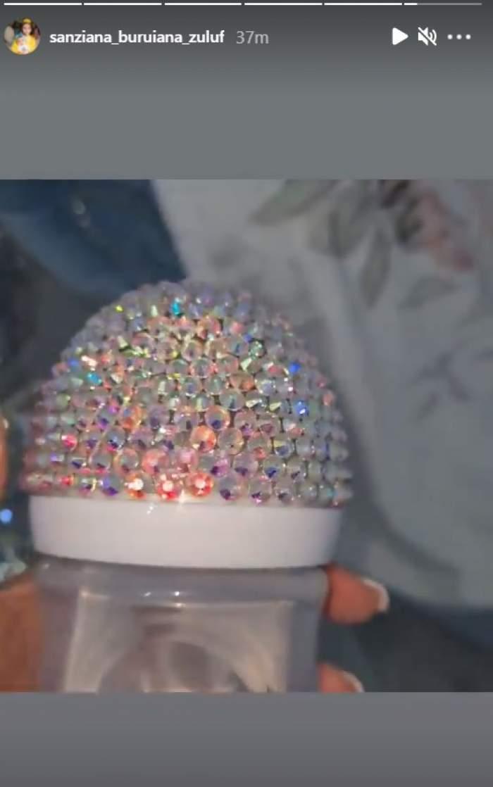 Cum e îmbrăcată fețița Sânzianei Buruiană la botez. Accesoriile sunt decorate cu mii de cristale / FOTO