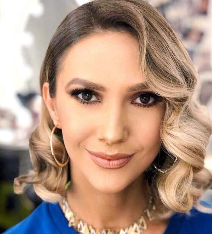 Adela Popescu, selfie în ținută albastră, cu părul bucle