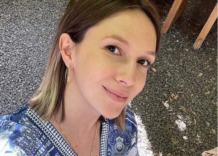 Adela Popescu într-un selfie. Vedeta zâmbește slab și poartă o bluză albastră cu model alb.