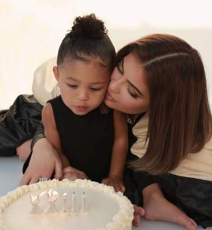 Fiica în vârstă de trei ani a lui Kylie Jenner o să aibă propriul său brand. Micuța Stormi îi calcă pe urme mamei sale