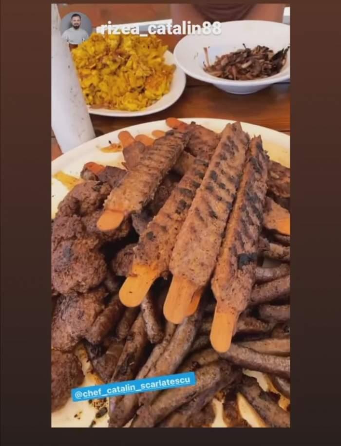 O masă plină cu feluri de mâncare