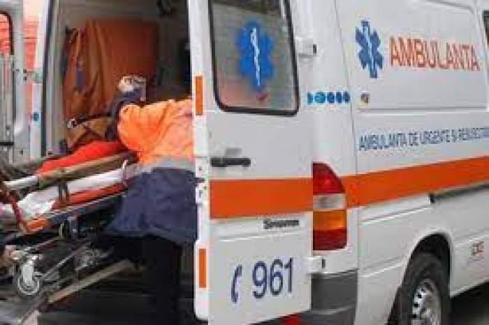 O ambulanță în care este urcat un pacient