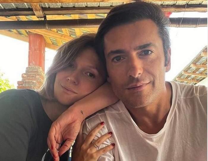 Adela și Radu Vâlcan, zâmbitori și îmbrățișați