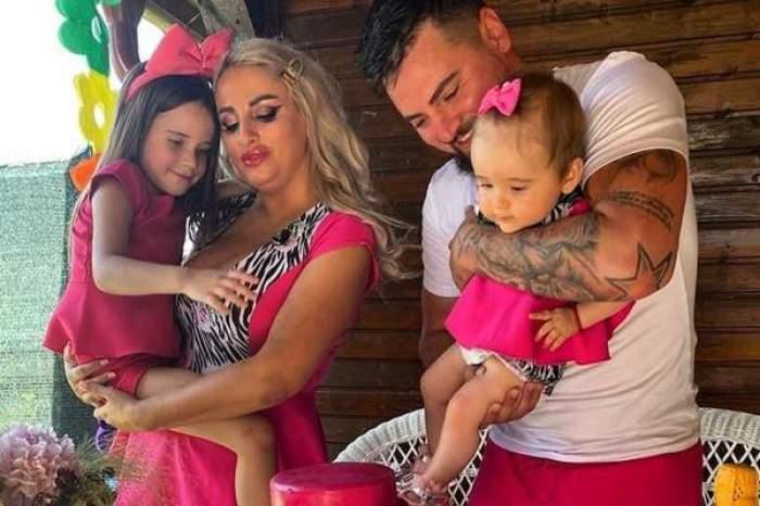 Sânziana Buruiană, soțul și fetițele, îmbrăcați în roz, zâmbitori