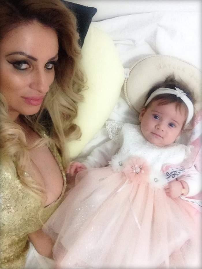 Sânziana Buruiană, în pat, alături de fiica sa