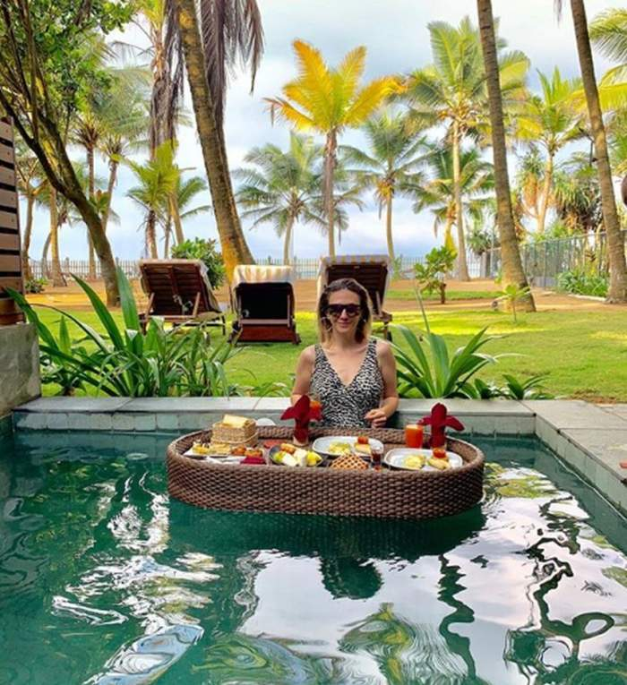 Adela Popescu mănâncă în piscină