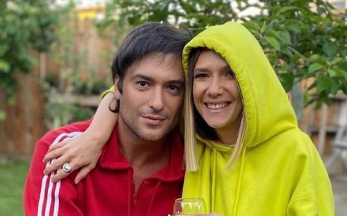 Adela Popescu și Radu Vâlcan, în ținute colorate, îmbrățișați și zâmbitori