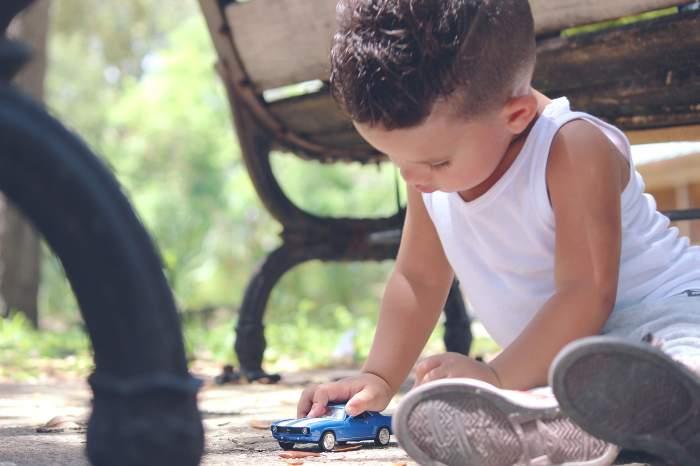 Un băiețel de trei ani din Brașov a murit, după ce ar fi fost călcat pe cap cu mașina de către tatăl său. Ce spune familia despre incident