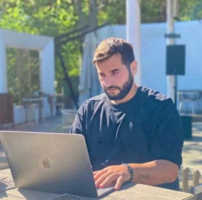 Vincenzo Aiello în timp ce stă pe laptop.