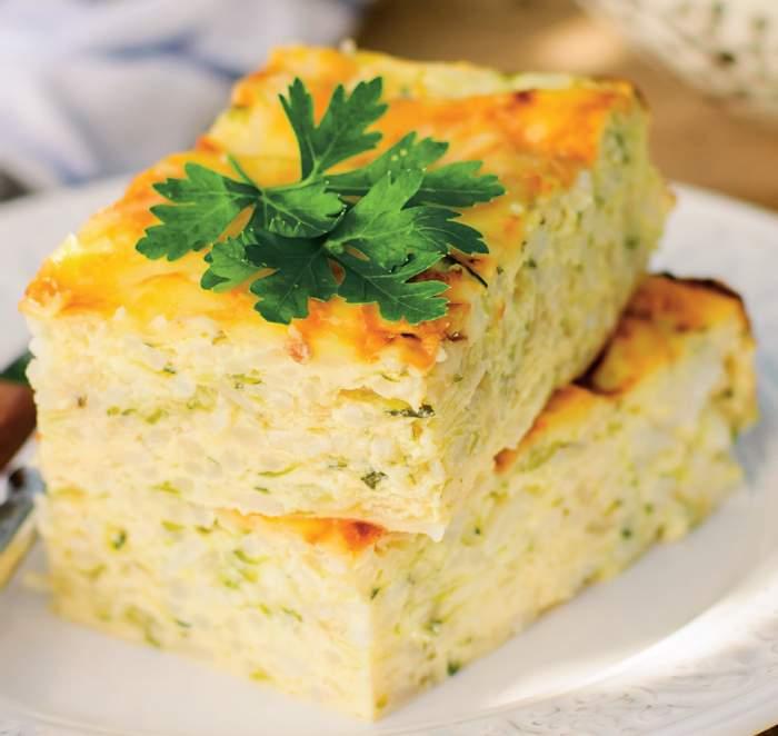 Budincă de dovlecei cu brânză, pe farfurie.