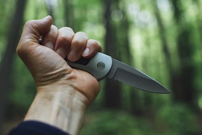 un cuțit în mână