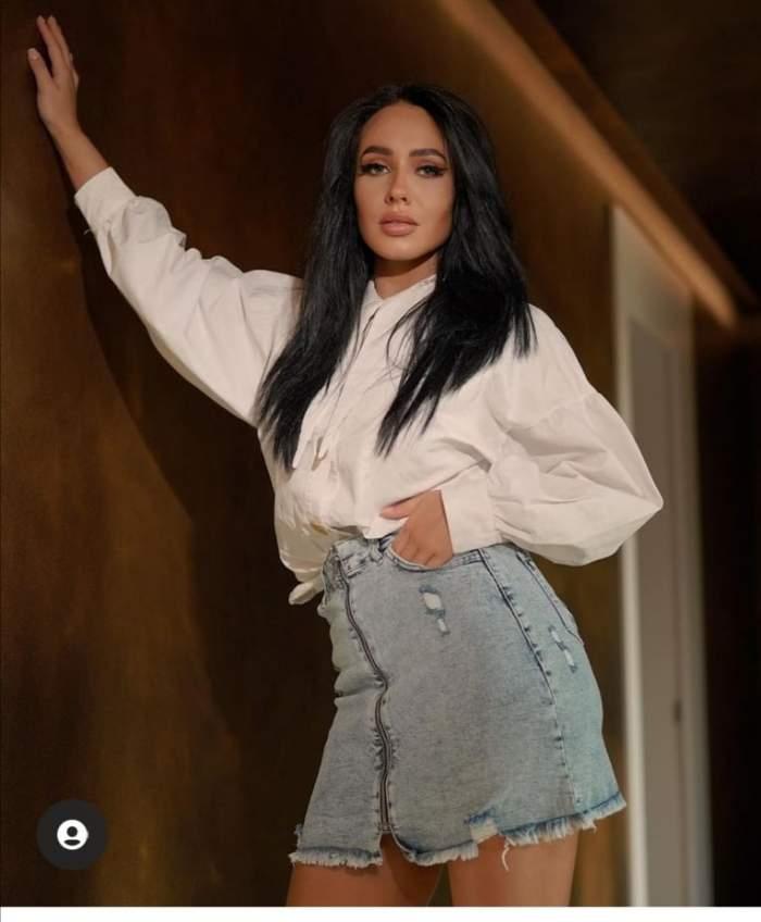 Ella Tina, în cămașă albă și fustă de blugi