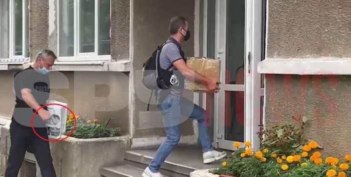 Detaliul uluitor surprins pe cutia cu probe adusă la sediul Poliției. Cu ce au plecat oamenii legii din casa lui Brigitte și Florin Pastramă / VIDEO