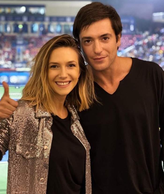 Adela Popescu și Radu Vîlcan, îmbrățișați și zâmitori