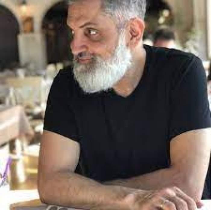 Damian Drăghici, îmbrăcat în negru, la o masă