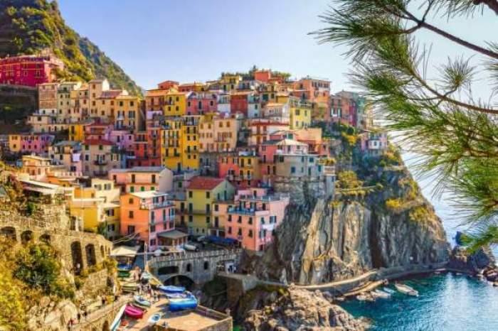 O imagine cu un oraș din Italia, pe malul mării