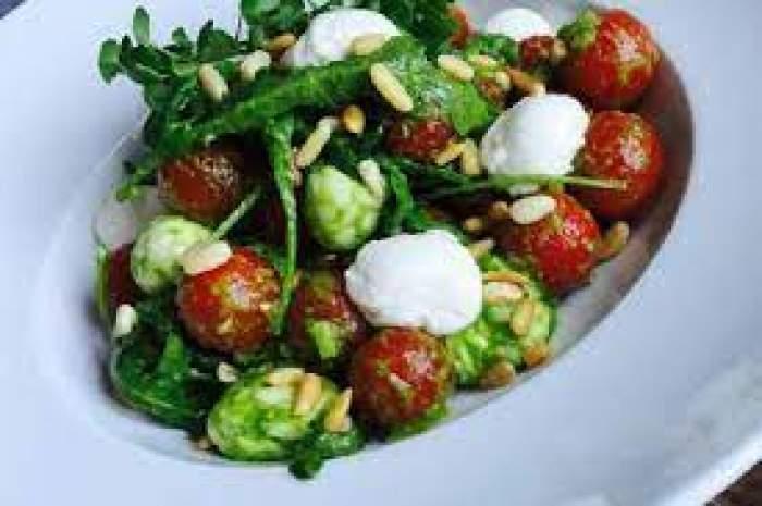 Un bol cu salată, legume și tofu