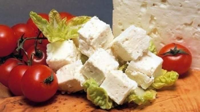 Bucăți de tofu și roșii
