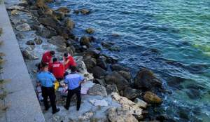 Un bărbat a fost adus de valuri la mal, în zona Cazinoului Constanța. A decedat la scurt timp după intervenția paramedicilor/ FOTO
