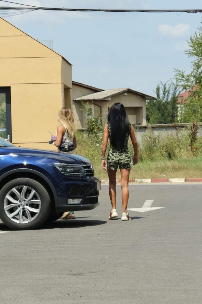 Prietenul la nevoie se cunoaște! Georgiana Constantin, șofer personal pentru Daniela Crudu în vacanță. Cum au fost surprinse cele două vedete / PAPARAZZI