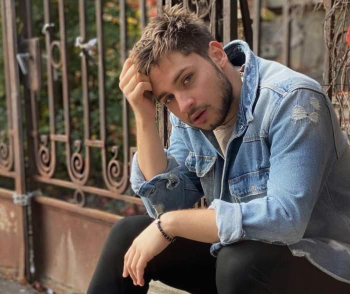 Adrian Petrache, cu mâna în păr, pe stradă