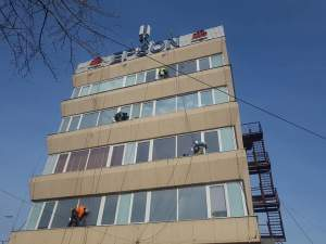 Un român a fost găsit fără suflare, la locul de muncă, în Italia. Bărbatul de 44 de ani se ocupa cu spălatul geamurilor