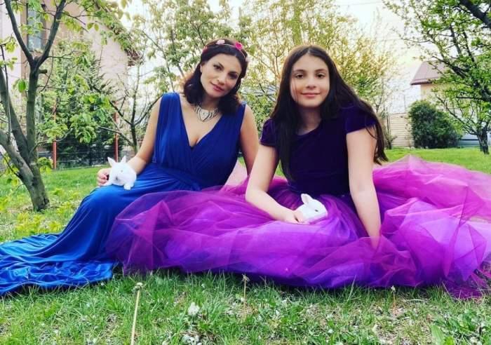 Ioana Ginghină și fiica sa, în rochii elegante, zâmbitoare