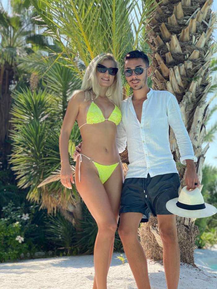 Armin Nicoară și Claudia Puican, pe plajă, îmbrățișați