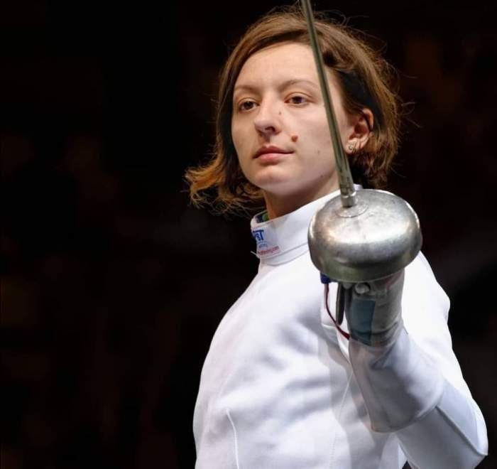 Ana Maria Popescu, în costum, cu spada în mâna