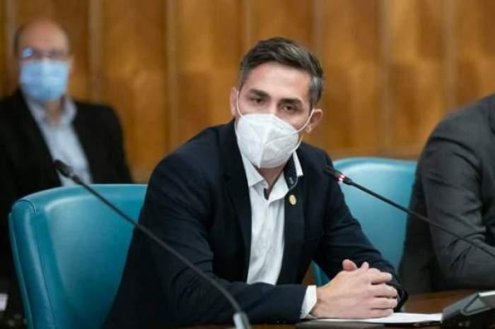 Valeriu Gheorghiță, în costum negru, cu masca de protecție pe față