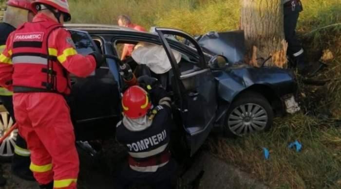 mașină intrată într-un copac