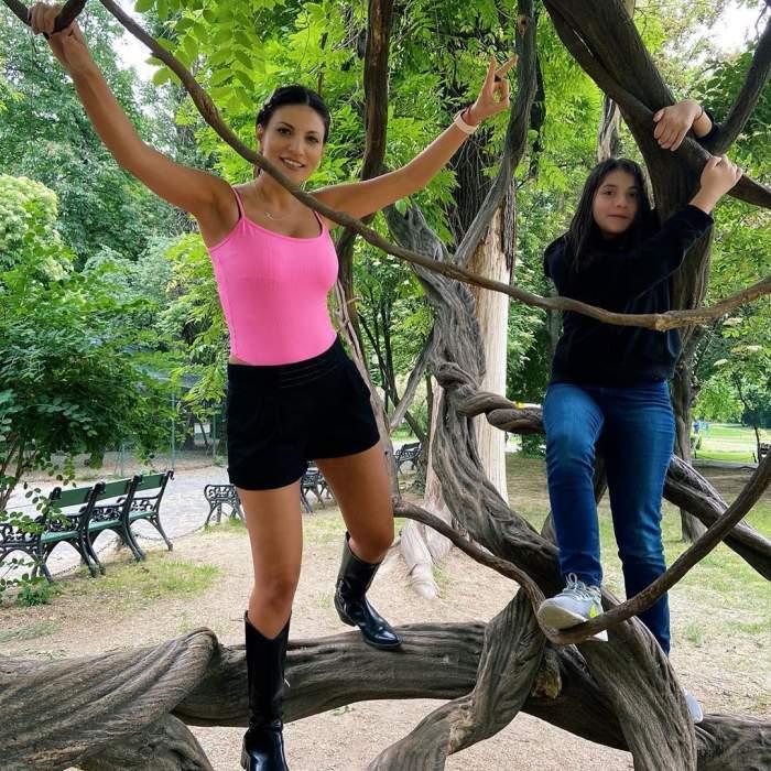 Ioana Ginghină și fiica sa, fac sport, prin copaci