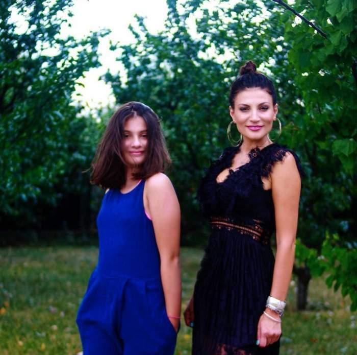Ioana Ginghină și fiica sa, zâmbitoare, în natură