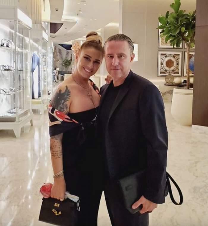 Anamaria prodan și Laurențiu Reghecampf, fotografiați împreună și zâmbitori, îmbrăcați în negru