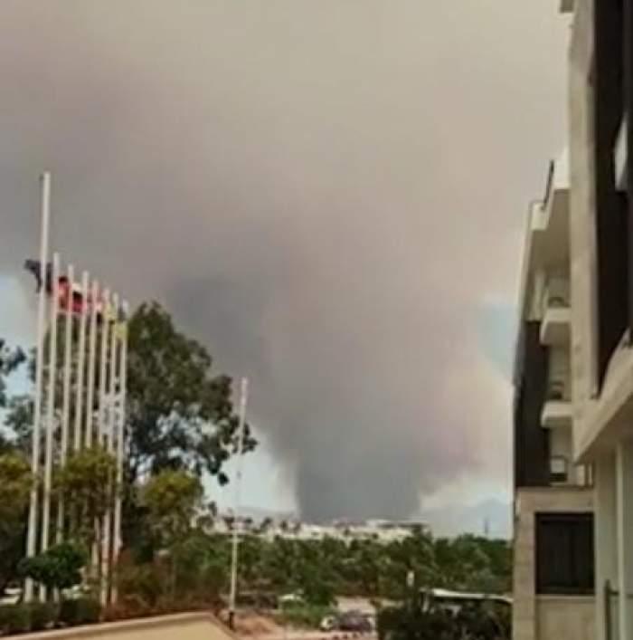 Incendiu puternic de vegetație în Antalya, zona în care își petrec vacanța sute de români. Flăcările au ajuns aproape de benzinării